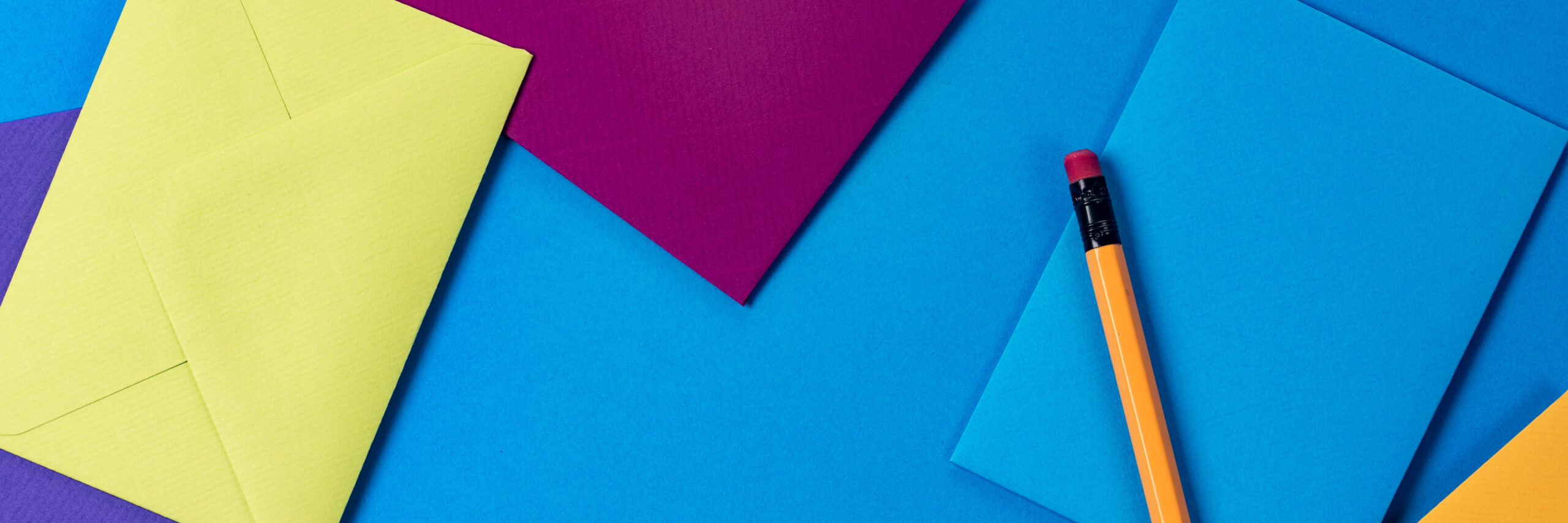 Abonnieren Sie den Newsletter von Normann Consulting. Schmuckbild mit bunten Briefumschlägen